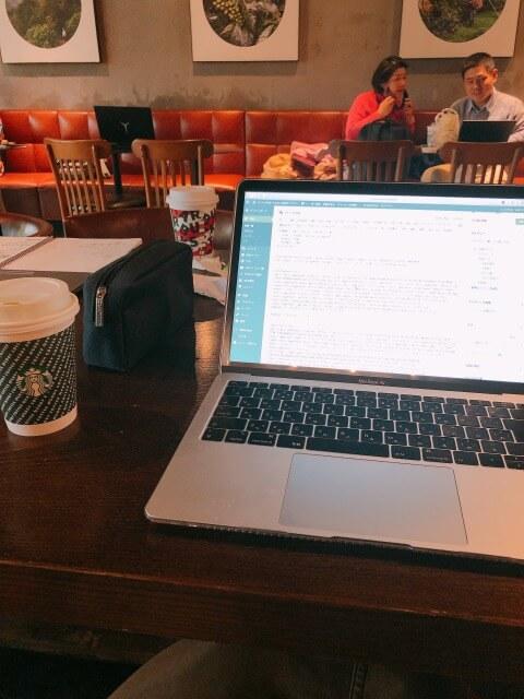 カフェでブログを書いている